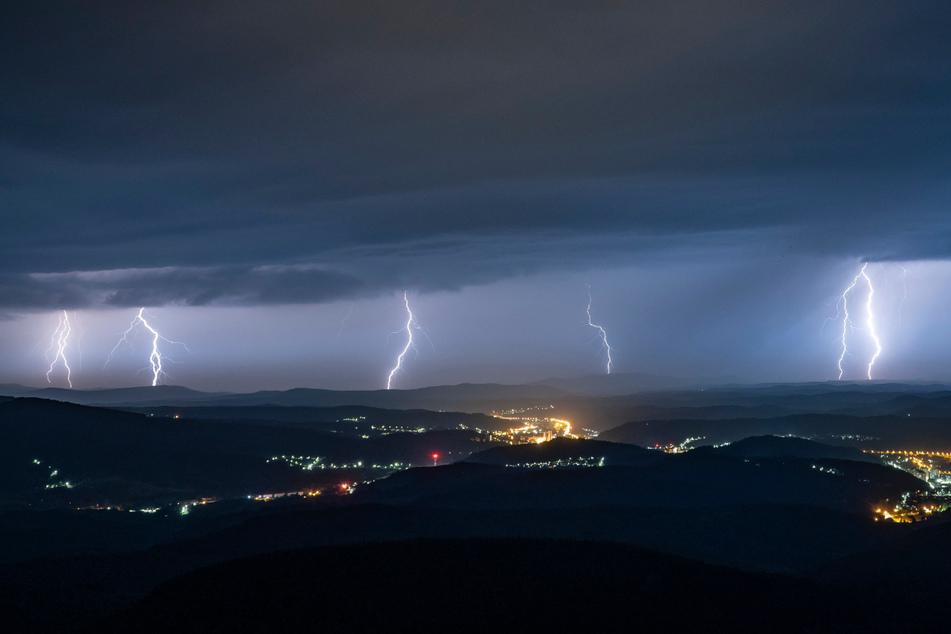 In Baden-Württemberg ziehen am Wochenende wieder kräftige Gewitter und Unwetter auf. (Symbolbild)