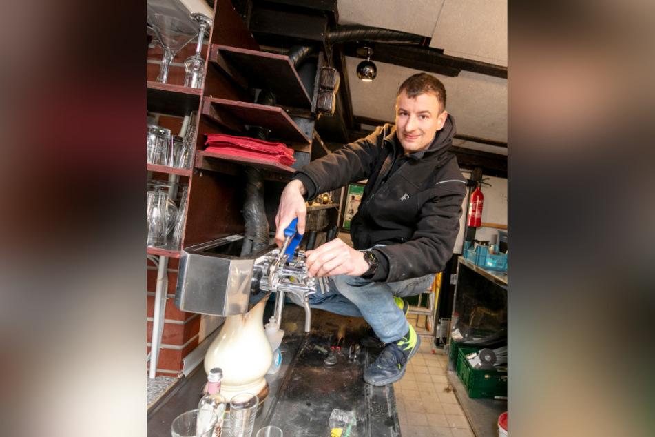 Neu-Pächter Robert Gutsche (29) montiert die alte Zapfanlage ab- der Tresen wird komplett erneuert.