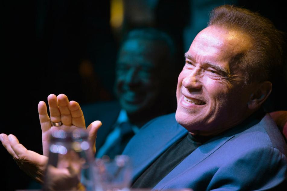 Arnold Schwarzenegger sieht Pfeife eines Fans: Was folgt, hat dieser wohl nicht erwartet