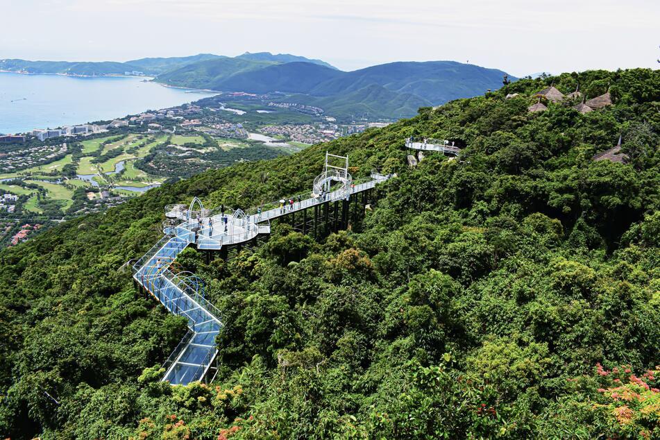 Glasbrücken erfreuen sich in China immer größerer Beliebtheit. Hier zum Beispiel die 100 Meter hohe und 400 Meter lange Brücke in Sanya. (Symbolbild)