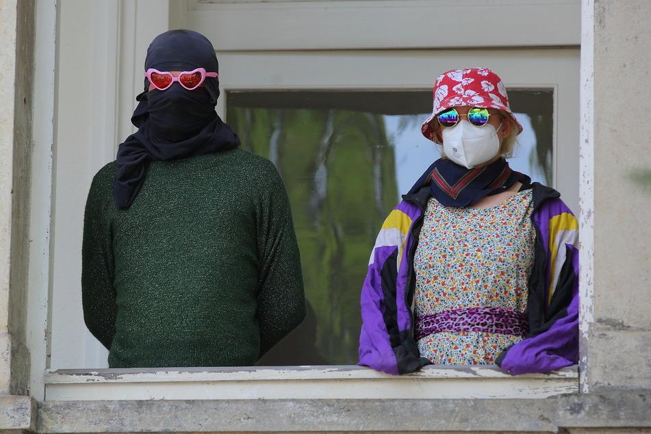 Hausbesetzer begründeten aus dem Fenster ihre Aktion mit dem Leerstand.