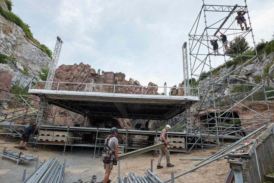 Arbeiter bauen eine Konzertbühne im Karl-May-Rund am Kalkberg auf.