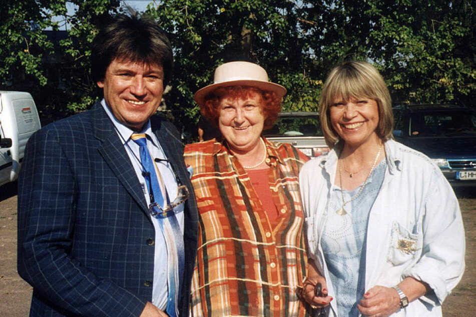 Ein flotter Hut war ihr Markenzeichen: Promijägerin Käte Brabandt (†75) mit Monika Hauff (76) und Klaus Dieter Henkler (76).