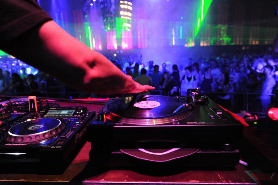 Tanzen ohne Maske im Club: Ein genaues Datum gibt es aber noch nicht. (Symbolbild)