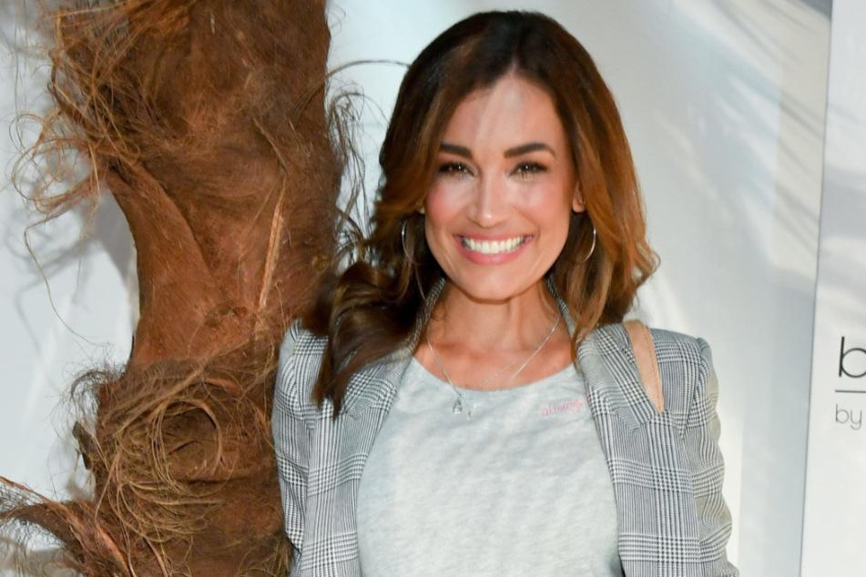 """Seit Dienstag ist bekannt, dass sich Jana Ina Zarrella (43) mit dem Coronavirus infiziert hat. Die Moderatorin muss daher vorübergehend bei """"Love Island"""" aussetzen."""