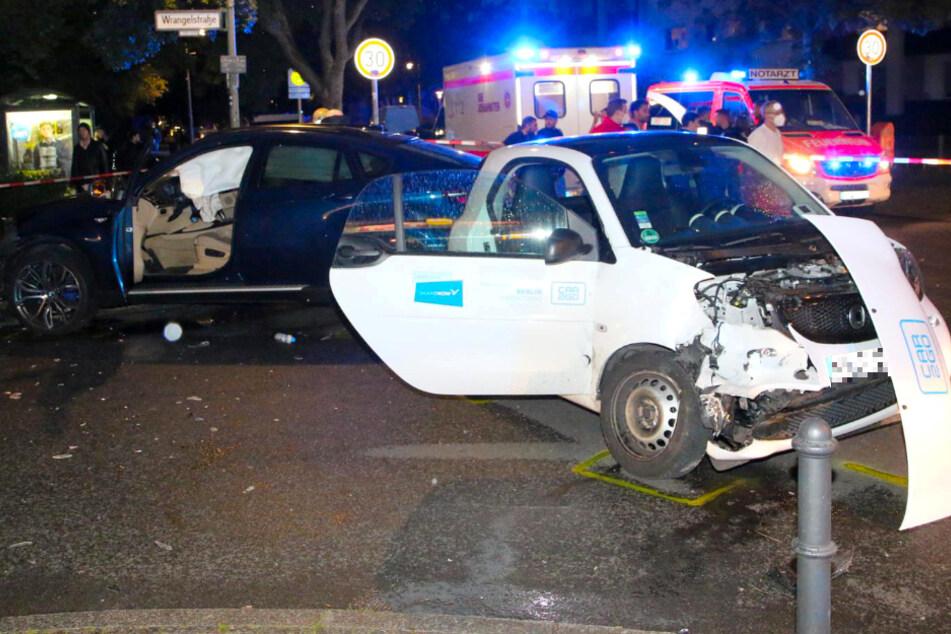 Ein BMW SUV und ein Smart waren ineinander gekracht.