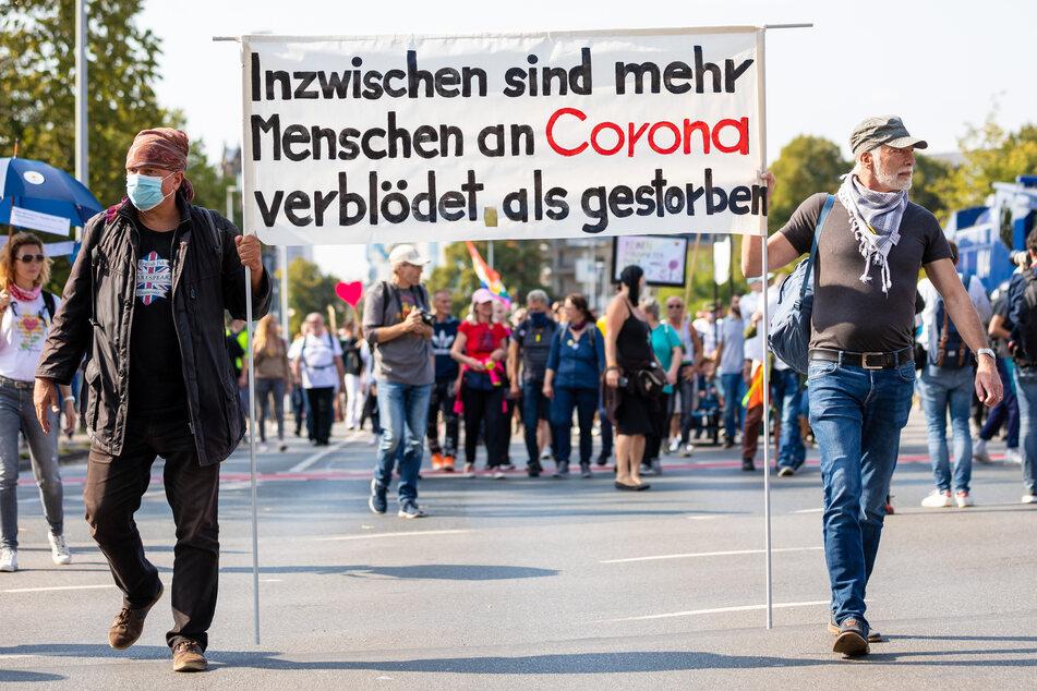 Gegnern der staatlichen Corona-Maßnahmen demonstrieren deutschlandweit in Großstädten. Für Sonntag ist eine Kundgebung in Düsseldorf angemeldet. (Symbolbild)