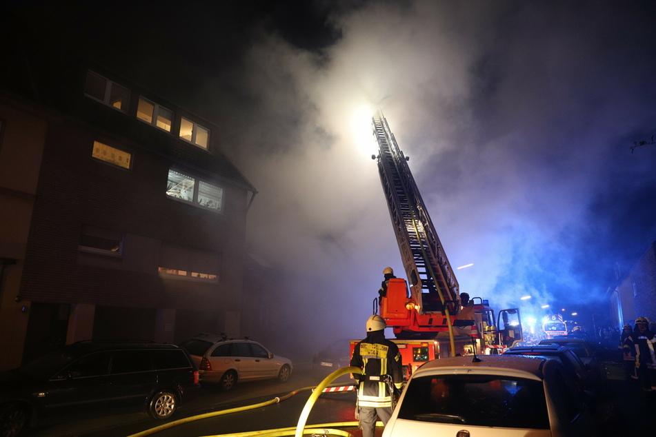 Feuer in Köln-Worringen: Feuerwehr rettet Bewohner aus brennendem Haus