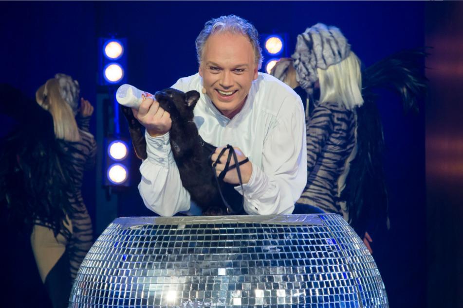 André Sarrasani (47) tauft das süße, 14 Wochen alte Panthermädchen in der Vorstellung auf den Namen Jada.