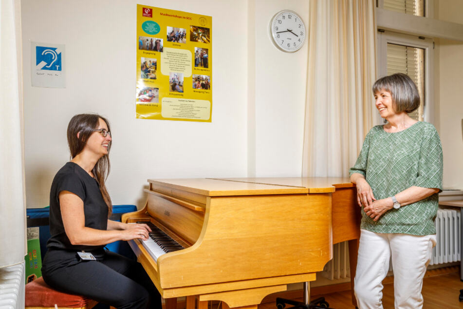 Musik hilft, um Sätze besser verstehen zu können: Logopädin Dominique Kronesser mit Angela Knölker am Klavier.