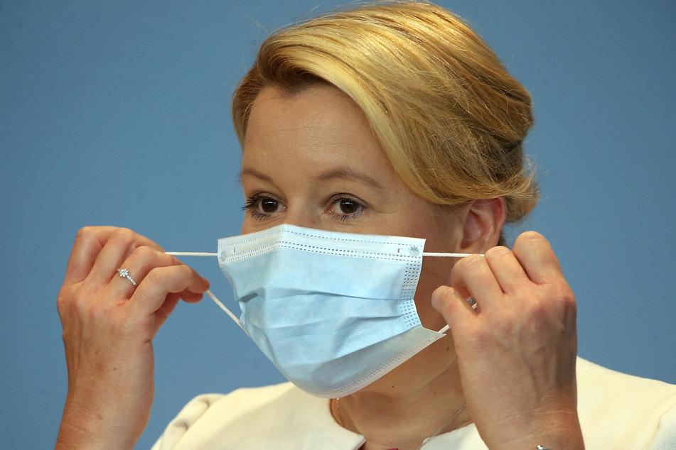 Franziska Giffey (SPD), Bundesfamilienministerin, nimmt ihre Mund- und Nasenschutzmaske ab, bevor sie zum Start des neuen Kita-Jahres in Corona-Zeiten auf einer Pressekonferenz aktuelle Maßnahmen vorstellt.