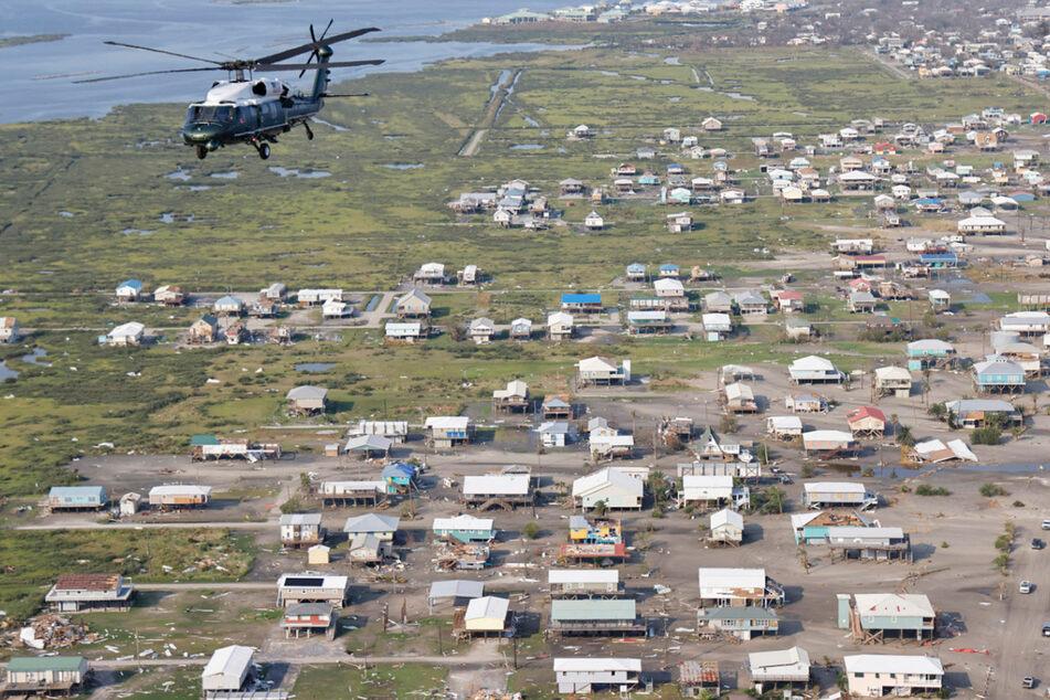 """Joe Biden inspiziert an Bord des Hubschraubers Marine One die Schäden des Hurrikans """"Ida"""" während eines Rundflugs über die Gemeinden Laffite, Grand Isle, Port Fourchon und Lafourche Parish in Louisiana."""