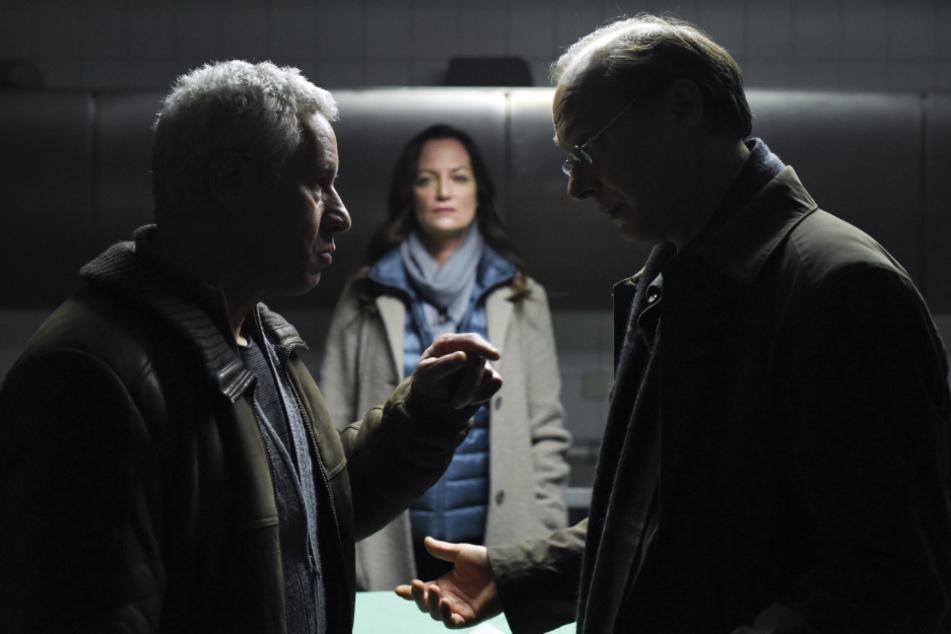 """Martin Brambach (r.) als Kommissar Arne Brauner in einer Szene des Krimis """"Unter anderen Umständen - Das Geheimnis der Schwestern""""."""