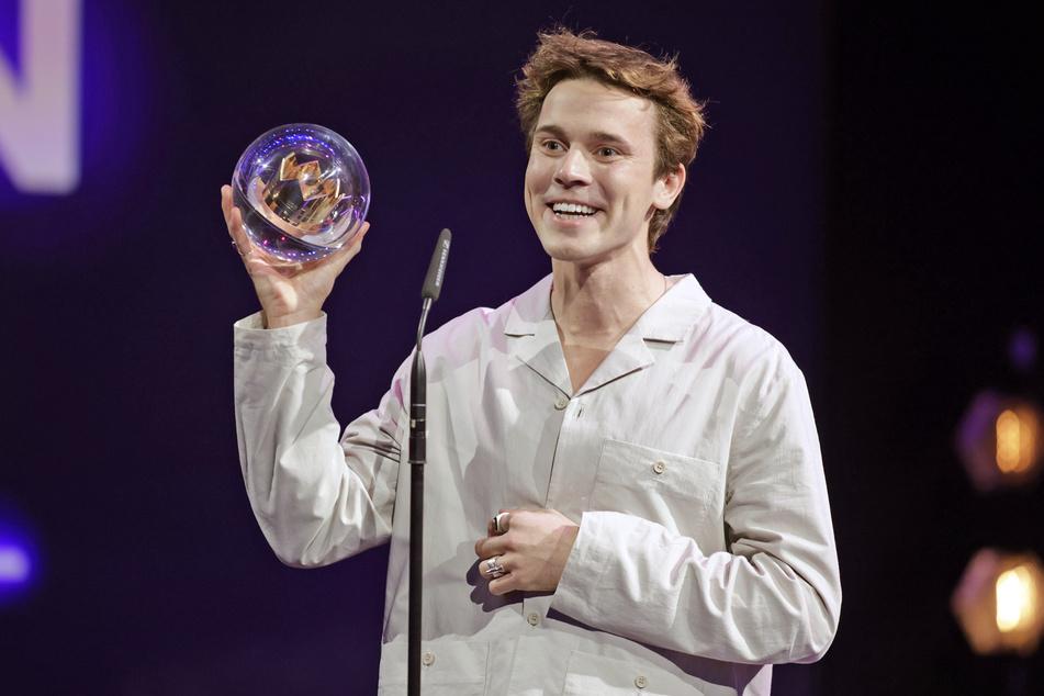 """DJ Felix Jaehn freut sich bei der Verleihung des Radiopreises """"1Live Krone"""" über die Auszeichnung in der Kategorie """"Bester Dance Act""""."""