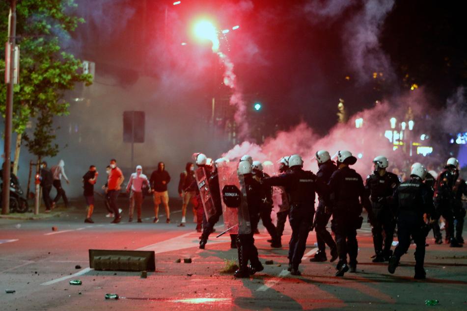 Demonstranten liefern sich Straßenschlachten mit Polizei.