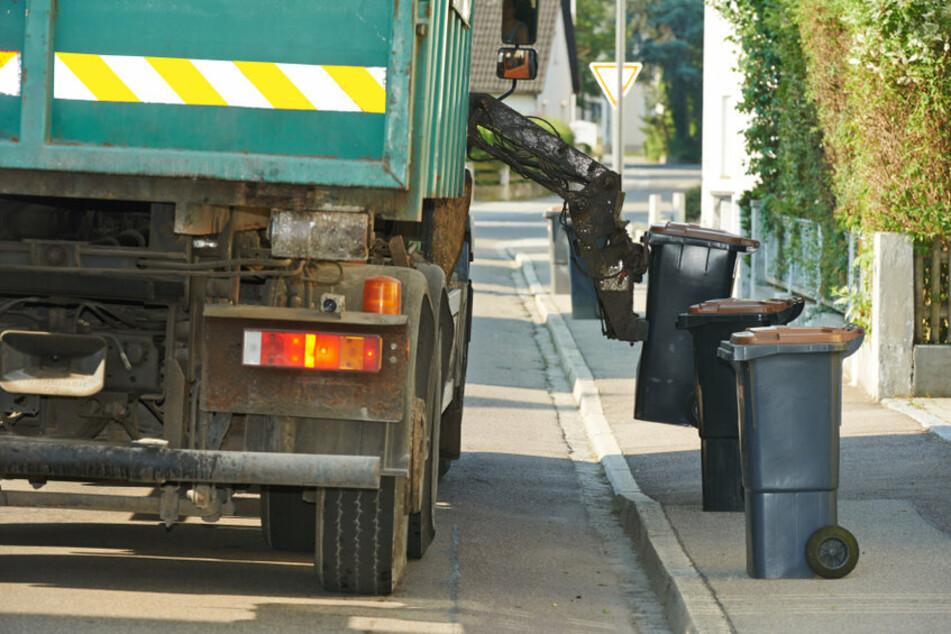 Eine Rentnerin wurde am Dienstag von einem Müllauto erfasst. Für die 83-Jährige kam jede Hilfe zu spät. (Symbolfoto)
