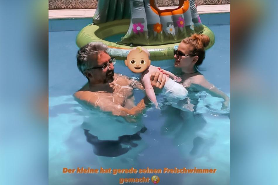 Neeles kleiner Löwe schwimmt mit Mama und Opa im Pool.