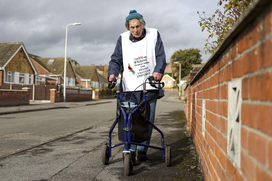 Ruth Saunders (104) geht einen Marathon, um Spenden für die Thames Valley Air Ambulance zu sammeln.