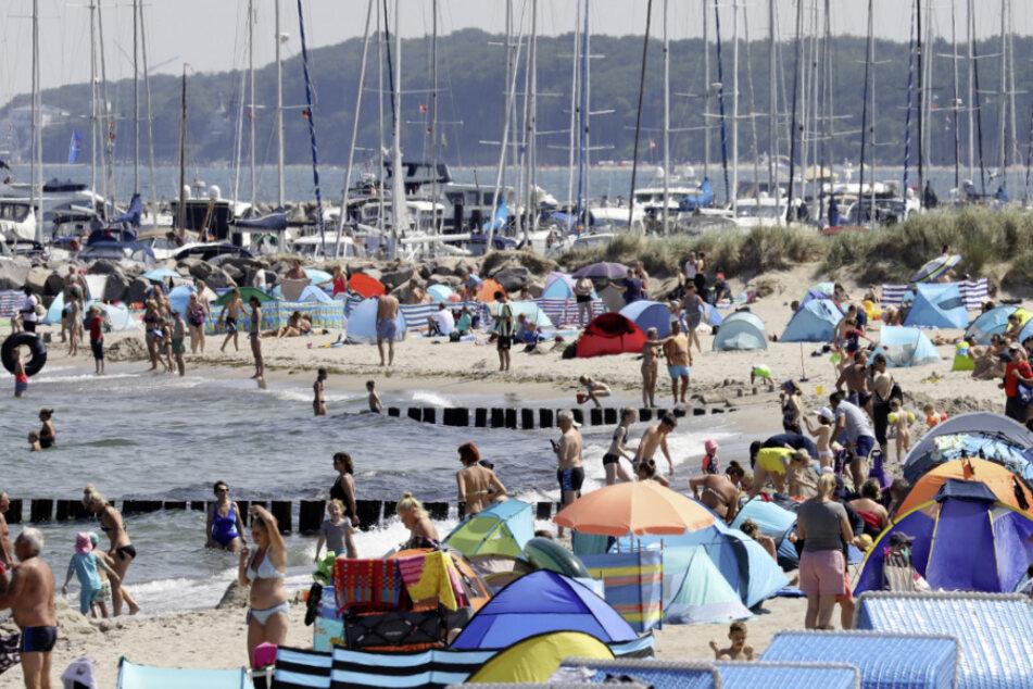 Mecklenburg-Vorpommern, Kühlungsborn: Gut gefüllt ist der Ostseestrand vor dem Yachthafen. (Archivbild)