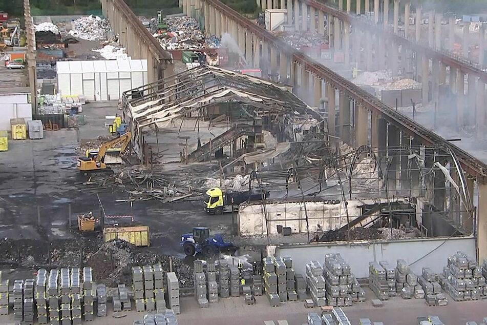 Nur noch verformte Stahlgerippe sind von den abgebrannten Recyclinghallen übrig geblieben.