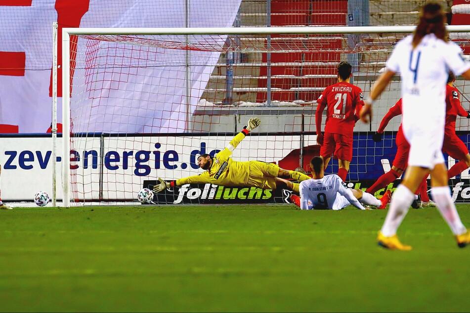 Bitter! Fatih Kaya (Ingolstadt, rechts) trifft gegen FSV-Keeper Johannes Brinkies zum 0:2.