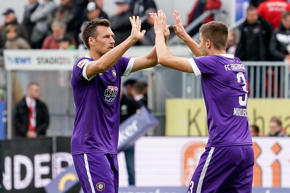 Sören Gonther (l.) und Marko Mihojevic klatschen ab - derzeit müssen sich beide um den Platz in der Innenverteidigung streiten.