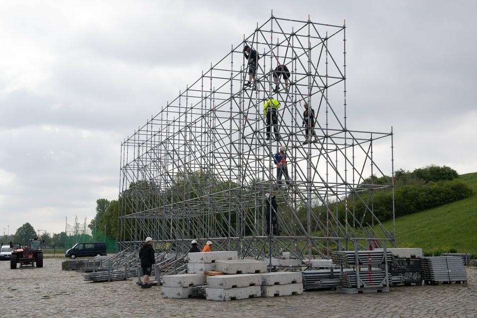 Monteure errichten im Ostragehege das Gerüst für die knapp 500 Quadratmeter große Filmleinwand eines Autokinos. Ab dem 12. Mai 2020 soll das Autokino starten und über 500 Autos Platz bieten.
