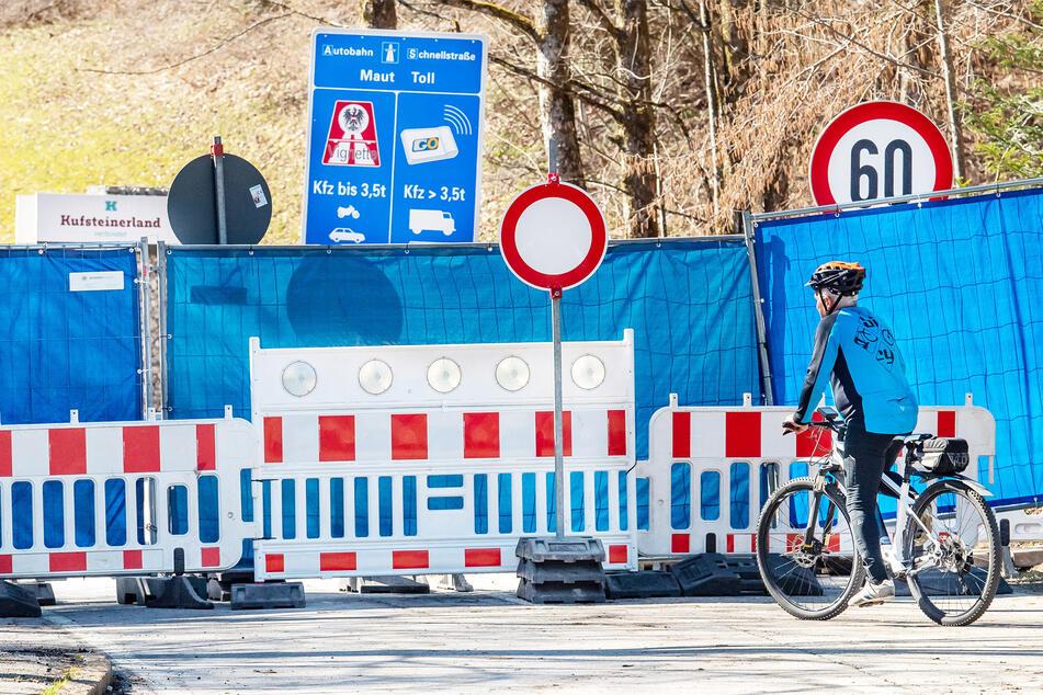 Die Grenze zwischen Deutschland und Österreich wird mit Bauzäunen und Planen gesichert. (Symbolbild)