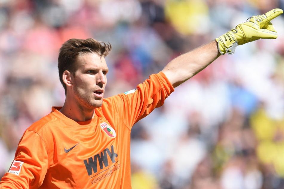 Der neue Union-Keeper Andreas Luthe (33), hier noch im Trikot des FC Augsburg, zeigt an, wohin es für ihn bei den Eisernen gehen soll.