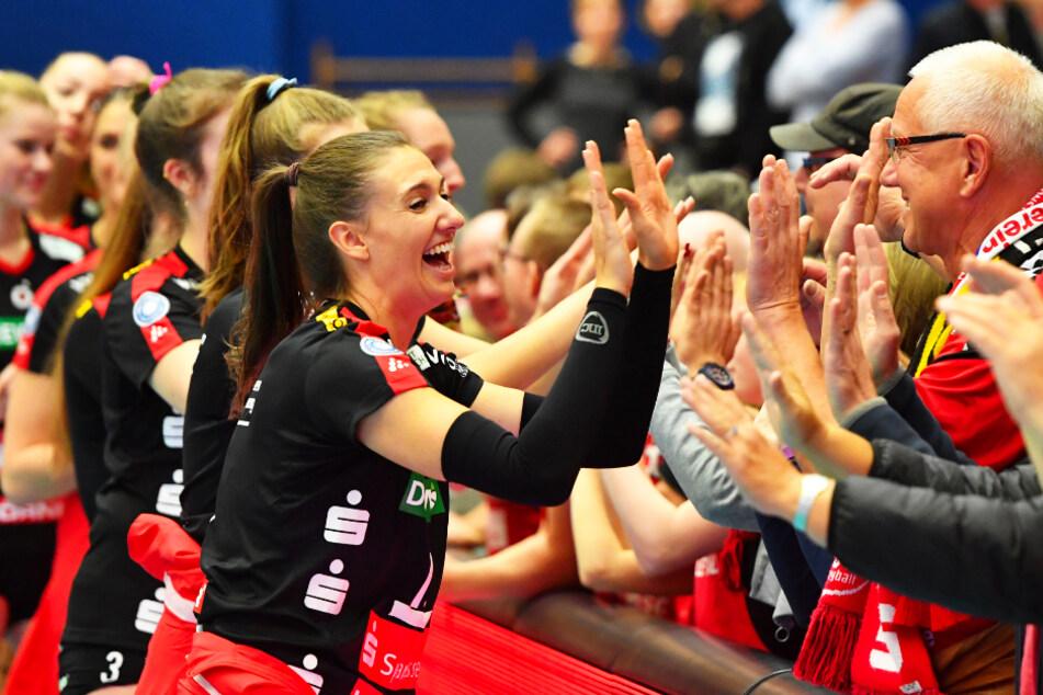 Angreiferin Lena Stigrot klatscht lachend mit den Fans ab.