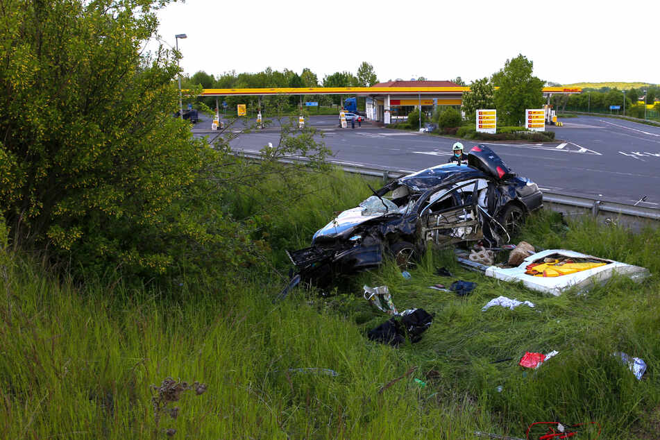 Ein Autofahrer hat sich bei der Einfahrt zu einer A4-Raststätte überschlagen. Er und seine beiden Söhne wurden verletzt.