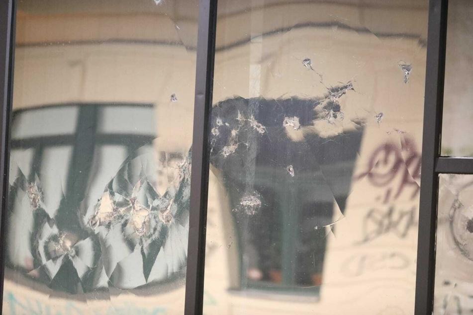 Am Samstagabend flogen wieder Steine auf den Polizeiposten in Connewitz.