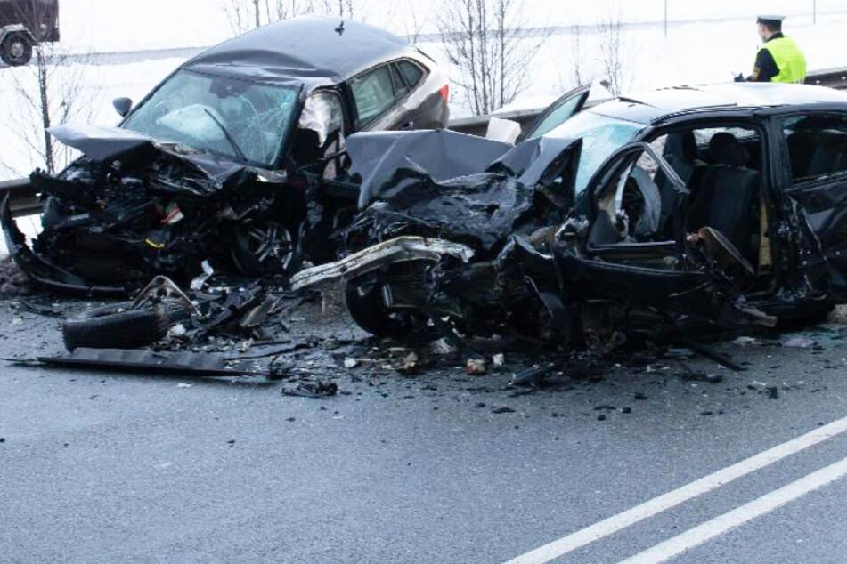 Todes-Crash auf Bundesstraße: BMW-Fahrer rast frontal in Skoda