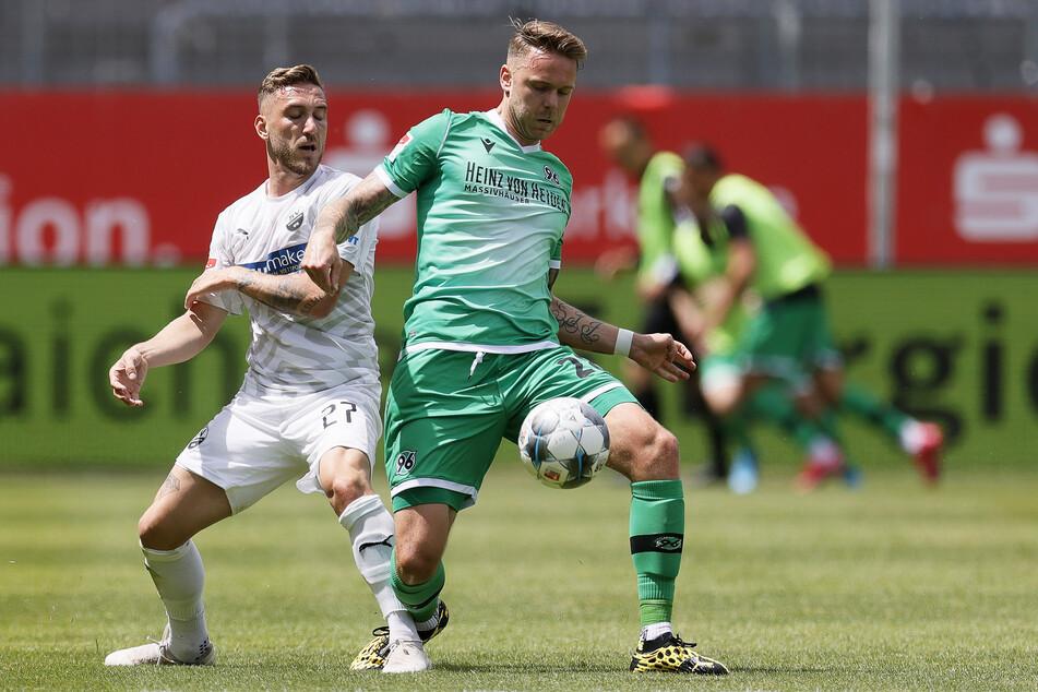Hannovers Marcel Franke (r) fürchtet nicht nur Sandhausens Robin Scheu, sondern auch die Partie gegen Dynamo am Mittwoch.
