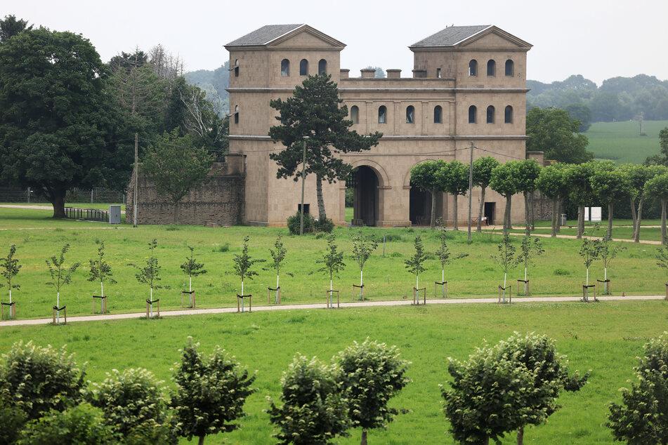 Der Nachbau eines römischen Stadttors (Nordtor) steht im Archäologischen Park in Xanten.
