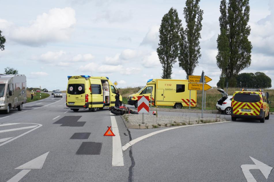 Rettungssanitäter kümmerten sich um den verletzten Motorradfahrer.
