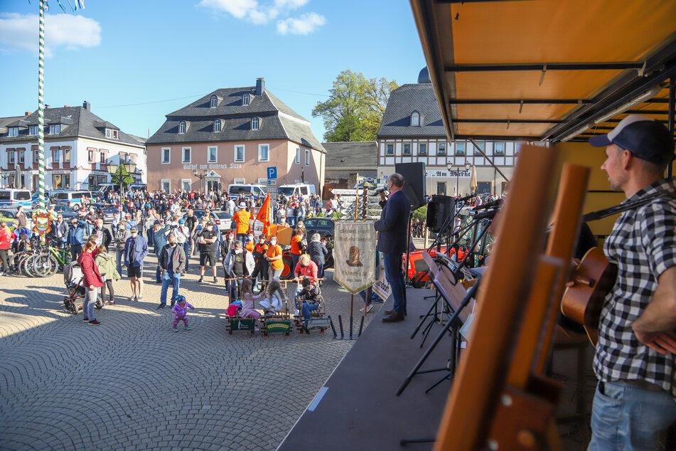 """Unter dem Motto """"Zwönitzer Bürger und Vereine zeigen, was Zwönitz wirklich ist"""" versammelten sich am Montagabend etwa 350 Menschen auf dem Marktplatz in Zwönitz."""