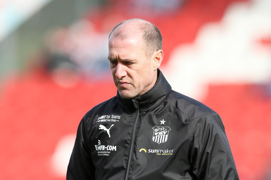 Trainer Joe Enochs vom FSV Zwickau fürchtet durch die geplante Fortsetzung der Saison einen großen finanziellen Schaden für die Fußball-Drittligisten.