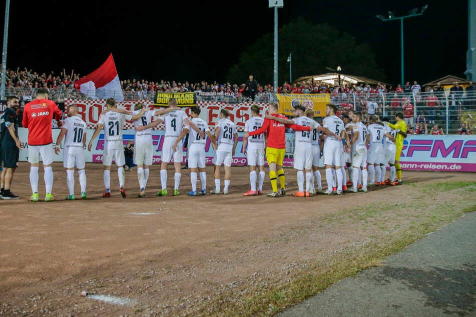 So weit der sportliche Teil. Rot-Weiß Essen gewann mit 3:2 gegen Preußen Münster und bedankt sich bei den Fans. Es kam jedoch auch zu Ausschreitungen.