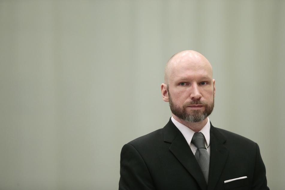 Der norwegische Massenmörder Anders Behring Breivik (42), der sich mittlerweile Fjotolf Hansen nennt, kommt zum letzten Tag seines Berufungsprozesses um seine Haftbedingungen ins Berufungsgericht im Telemark Gefängnis.