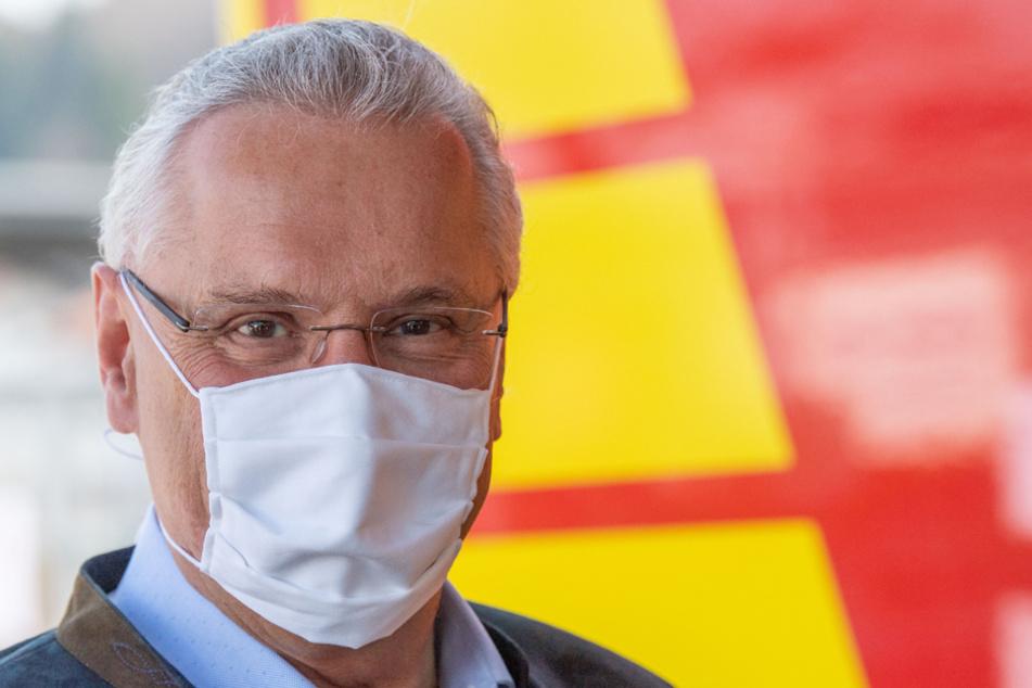 Landesinnenminister Joachim Herrmann (CSU) hofft, dass sich das Infektionsgeschehen weiter bessert. (Archiv)