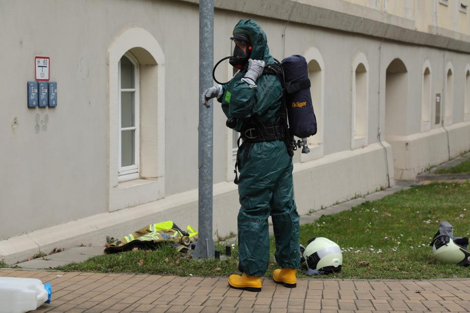 Spezialkräfte der ABC-Gefahrenabwehr der Feuerwehr sicherten den ausgelaufenen Gefahrstoff.
