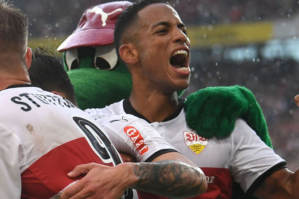 Dennis Aogo jubelt im Trikot des VfB Stuttgart.