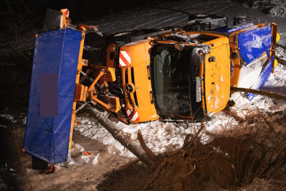 Mehrere Meter in die Tiefe gestürzt! Winterdienst-Unfall im Erzgebirge