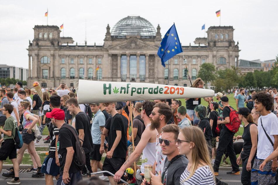 Zahlreiche Menschen ziehen bei der 23. Hanfparade für eine Legalisierung von Cannabis am Reichstag vorbei.