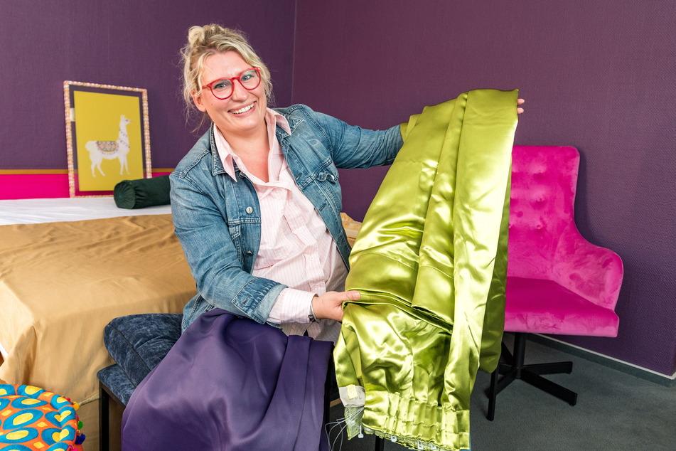 Luisa Eggenhofer (31) kann sich kaum entscheiden, welcher Vorhang farblich besser ins Zimmer passt.
