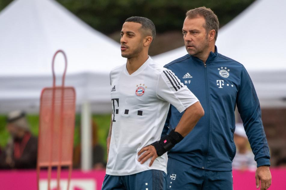 Cheftrainer Hansi Flick und Ball-Virtuose Thiago bei einem Training des FC Bayern München.