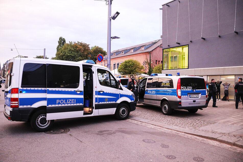 Beamte der Polizei kontrollieren Passanten auf der Alaunstraße. (Archivbild)
