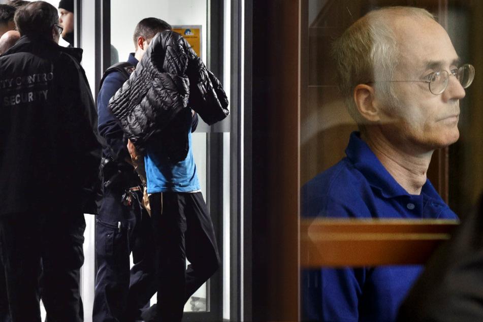 Der Angeklagte wird nach der Tat von Polizisten abgeführt. Vor Gericht hat er die Tat gestanden.