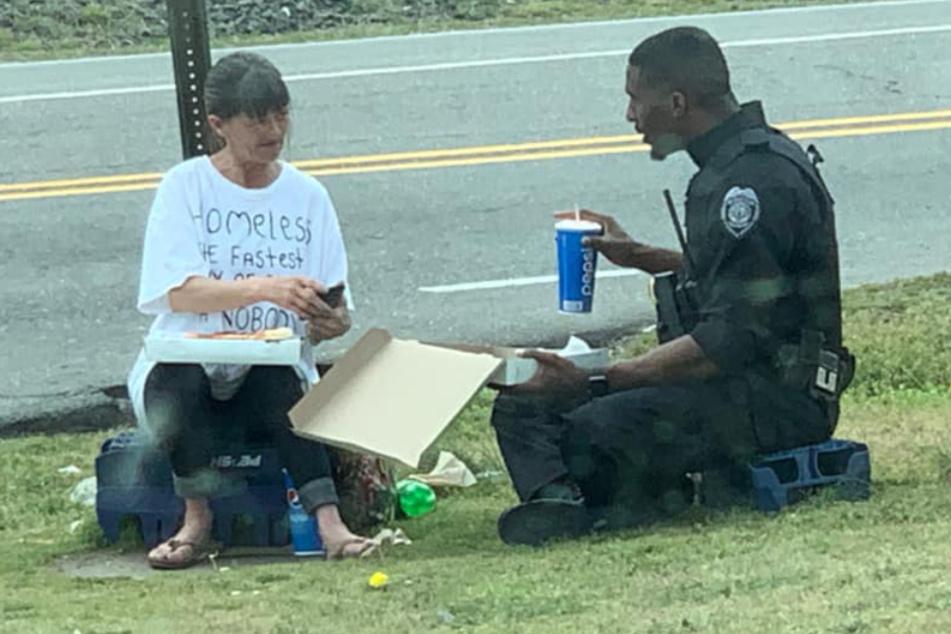 Polizist liest Text auf T-Shirt von Obdachloser und ist tief berührt